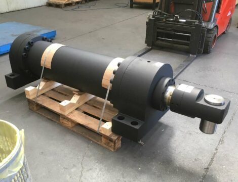 Cilindro spintore per forca a spinta. Alesaggio 280 mm. Stelo 200 mm. Corsa 1800 mm. Pressione di lavoro 250 bar.