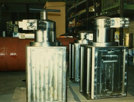 Ironing vice cylinders 800 tonnes.