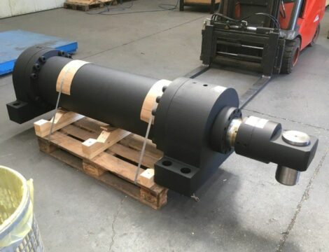 Pusher cylinder for push fork. Bore 280 mm. Stem 200 mm. Stroke 1800 mm. Working pressure 250 bar.