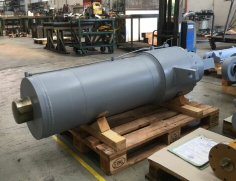 Plunging cylinder. Bore 330 mm. Stroke 1000 mm. Working pressure 160 bar.