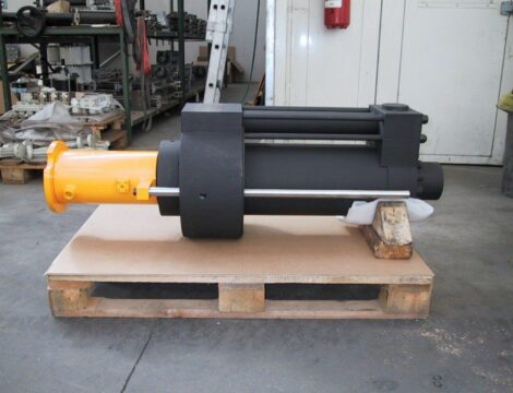 Special cylinder with locking cylinder and ejection cylinder, complete with internal transducer. Bore 250 mm. Stem 200 mm. Stroke 545 mm. Working pressure 380 bar.